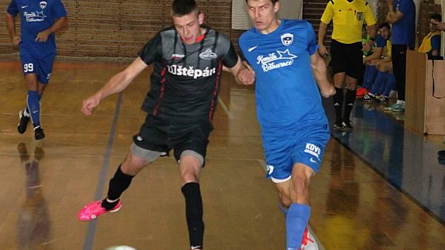 V okresním derby jihomoravské divize futsalistů se prosadil favorizovaný FC Kloboučky (modré dresy). Vyškovský tým Brikety-pelety porazil 9:4