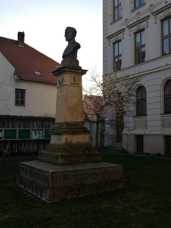 Socha místního rodáka Františka Sušila.