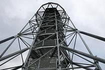 Šestadvacet metrů vysoká rozhledna na kopci zvaném Chocholík u Drnovic.