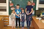 Žáci první třídy základní školy v Tučapech s třídní učitelkou Petrou Holzerovou
