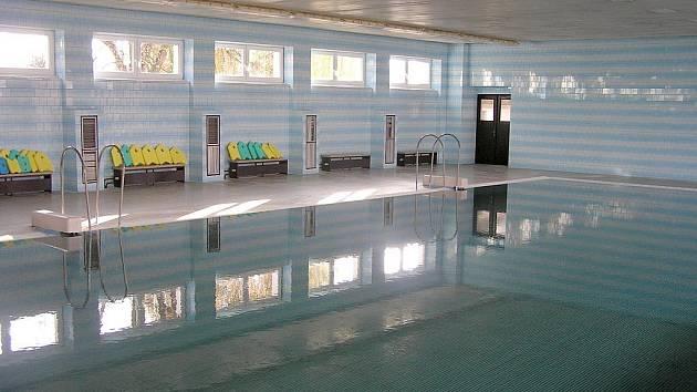 Po půlroční přestávce otevřel krytý bazén u brankovické základní školy. Vedení obce během ní opravilo zvedací dno bazénu.