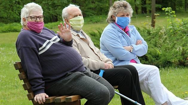 Obyvatelé Domova pro seniory ve Vyškově se dočkají po dvou a půl měsícich svých přátel a příbuzných. Ilustrační snímek.