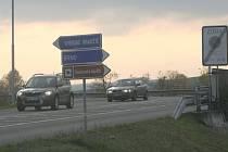 I několik minut trvá řidičům, než se dostanou z vedlejší silnice ve Špitálské ulici ve Slavkově u Brna nebo od Křenovic na hlavní tah z Brna do Uherského Hradiště.