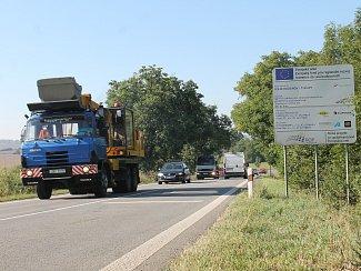 Kvůli opravě silnice II/430 se řidiči i přilehlé obce obávají komplikací v dopravě. Silničáři ji ale nechají částečně průjezdnou.