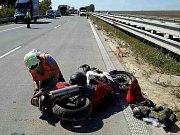 Přílet vrtulníku si vyžádala nehoda, která se stala ve středu před polednem na dálnici D1 v úrovni Rostěnic-Zvonovic. Řidič nákladního auta tam z cesty vytlačil motorkáře.