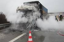 Požár kamionu na dálnici D1 u Hoštic-Heroltic.