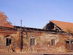 Zbytek bývalého zámeckého dvora ve Slavkově se rozpadá. K pramalé radosti majitele památkáři stále usilují o jeho záchranu.