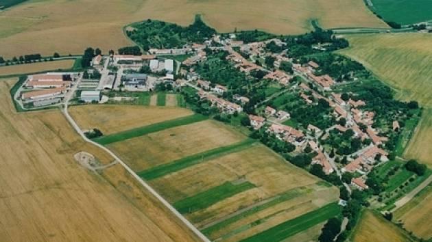 Letecký pohled na obec Bohaté Málkovice.