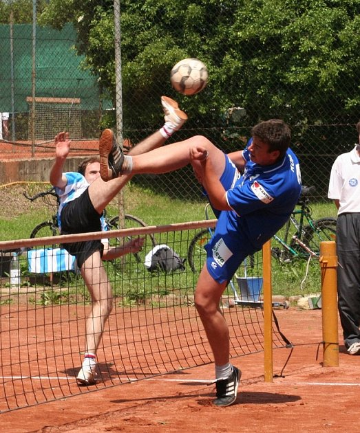 Nohejbal určitě není žádný jemný sport. V tomto případě se o tom přesvědčil modřický Kop díky Luboši Grycovi.