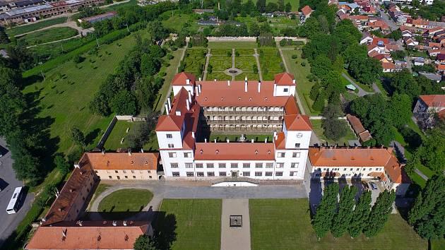 Rozsáhlý areál bučovického zámku.