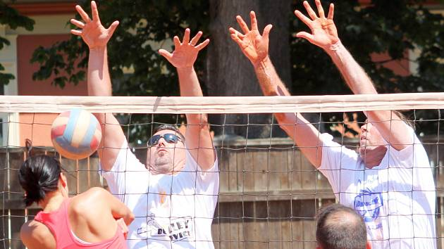 Výročí volejbalu v Bučovicích oslavili turnajem, výstavou fotografií a pohárů i křestem nové publikace o historii tohoto sportu ve městě.