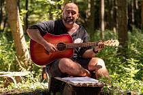 Jaroslav Kala z Rousínova na Vyškovsku koupil před třemi lety zanedbaný lesní pozemek. Aby měl s dětmi kde tábořit. A tím vlastně odstartoval příběh Lesního baru U Jarka.
