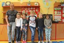 První třída ze základní školy Hoštice - Heroltice s panem učitelem Zdeňkem Pytelou.