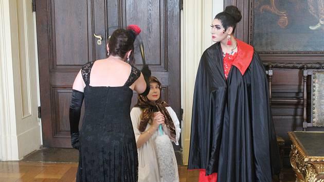 David Kučera v roli zlé nevlastní sestry Dory při speciální prohlídce Popelka na zámku.