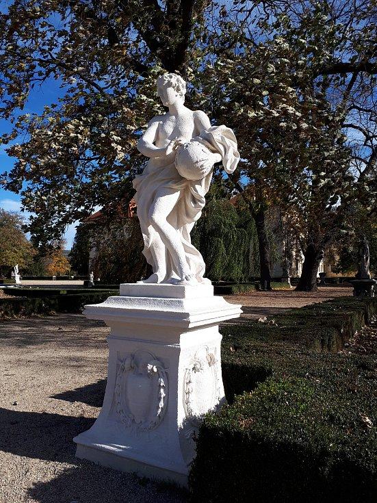 Jedenáct soch v zámeckém parku zámku ve Slavkově u Brna je opravených
