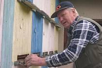 Libor Hanousek z Nemochovic kontroluje jeden z mnoha svých úlů.