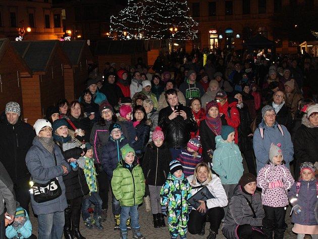 Asi tři sta lidí si přišlo ve středu vpodvečer zazpívat koledy sDeníkem na Masarykovo náměstí ve Vyškově. Tón udávaly děti z vyškovské Základní umělecké školy.