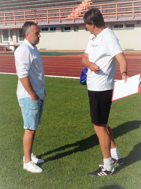 Fotbalisté MFK Vyškov zahájili letní přípravu na boje ve druhé lize. Trenér Jan Trousil (vpravo) hovoří s novým sportovním ředitelem klubu Zbyňkem Zbořilem.