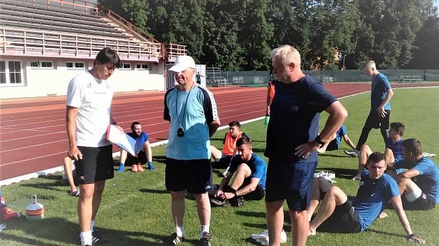 Fotbalisté MFK Vyškov zahájili letní přípravu na boje ve druhé lize. V ní je povede osvědčené trio, zleva Jan Trousil (hlavní trenér), Josef Mazura (asistent) a Rostislav Horáček (trenér brankářů).