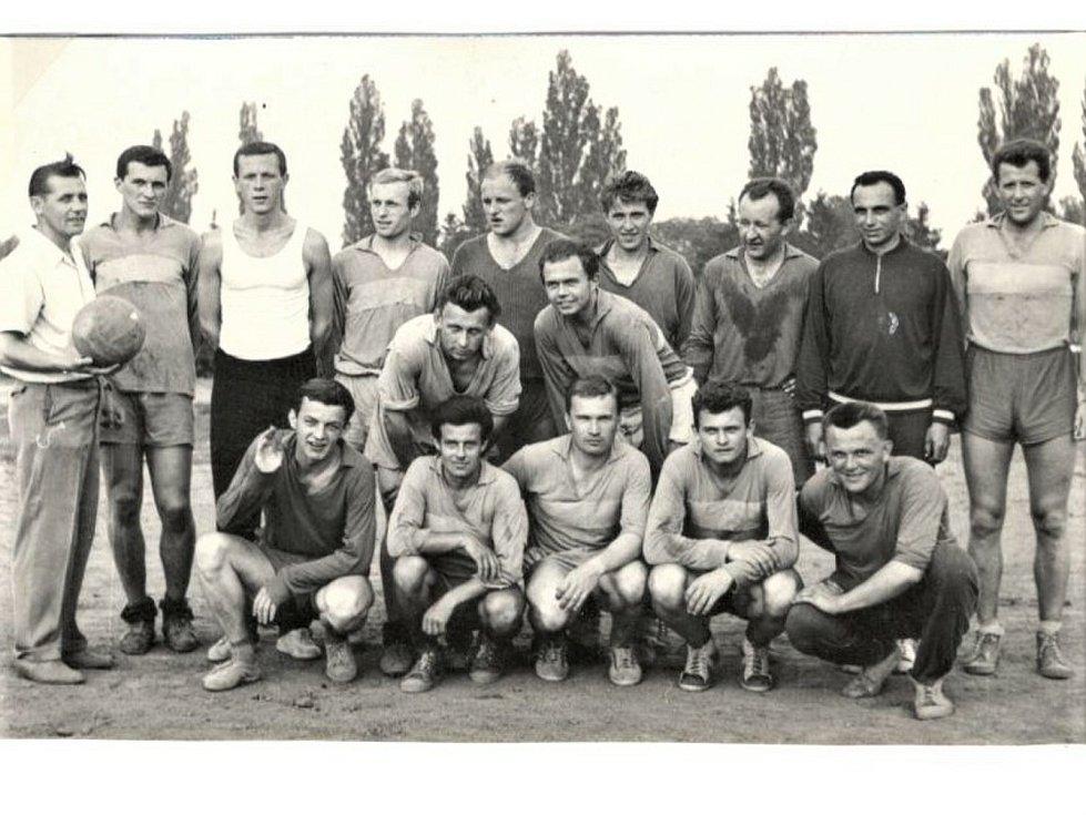 1963 - 1964, vítěz okresního přeboru. První zleva Jan Nedělník – vedoucí mužstva.