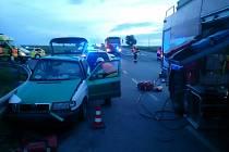 Tři zraněné a zásah hydraulické techniky si vyžádala nehoda dvou aut u Kovalovic.