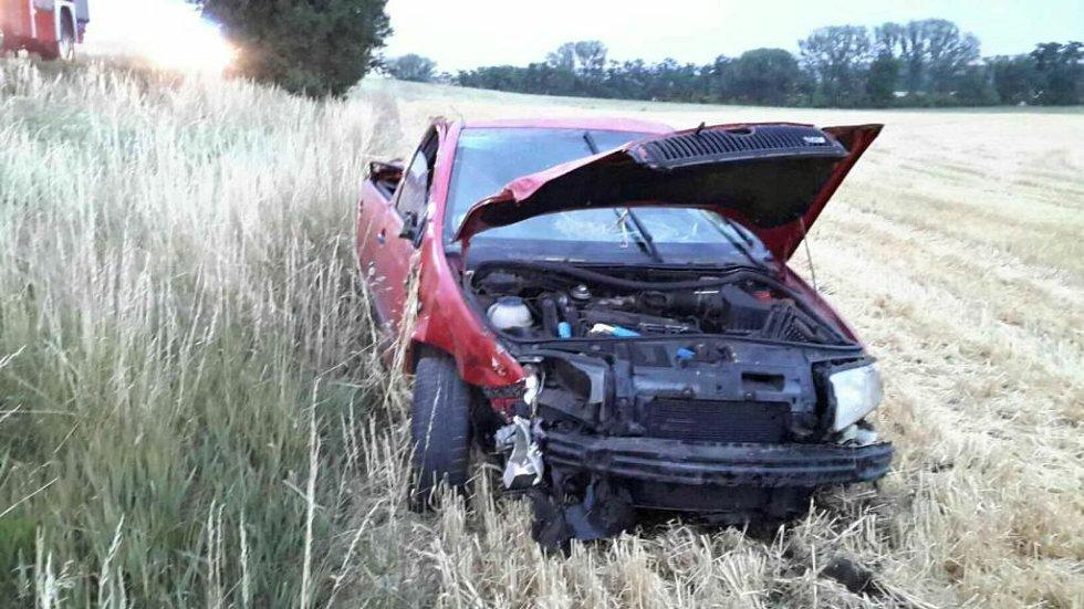 Výjezd záchranářů, dvou hasičských jednotek i policie si vyžádala havárie osobního auta, která se stala v neděli před devátou hodinou večer na silnici třetí třídy u Hostěrádek-Rešova.