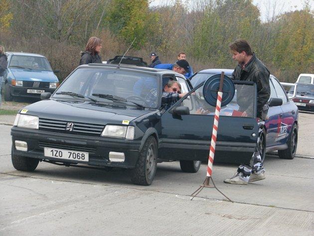 Automobilové slalomy na vyškovském letišti.