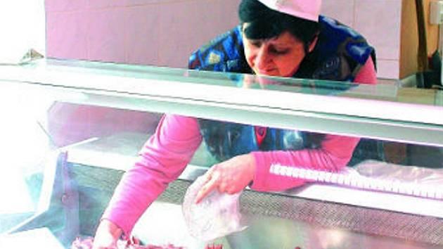 Brát maso holýma a neumytýma rukama není pro mnohé prodavačky v masnách v centru Vyškova žádný problém. Dokazuje to třeba pondělní snímek Lenky Žáčkové z Řeznictví, uzenářství Jaroslava Vasického v Dobrovského ulici.
