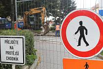 Rekonstrukce Cukrovarské a Hřbitovní ulice ve Vyškově přinesla nejen omezení řidičům, zmatky způsobila i chodcům.