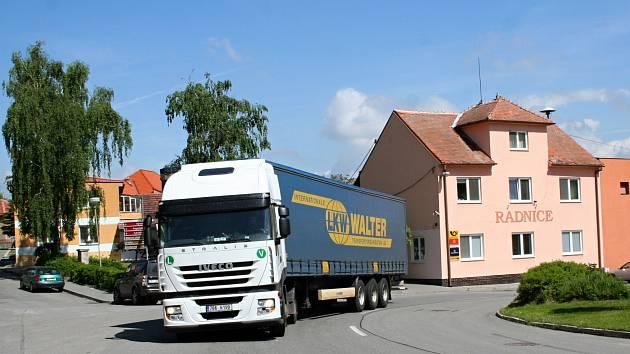 Bošovicemi do září budou projíždět kamiony. Místní se bojí že jim děti vběhnou pod kola.