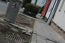 V Družstevní ulici ve Vyškově se dočkají i nových chodníků.