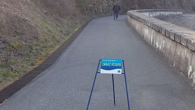 Povodí Moravy poskytlo redakci Vyškovského deníku Rovnost fotografie dokládající nevhodné chování lidé na hrázi opatovické nádrže.
