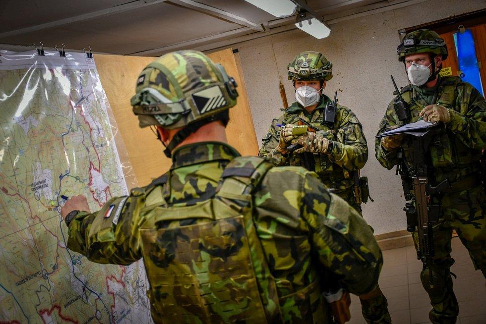 Vojáci se připravují na misi ve vojenském újezdu Březina.