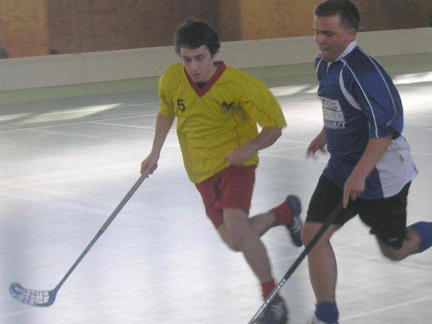 Sprintérský souboj. Ivanovický útočník Tomáš Vaverka (vlevo) se  snaží zablokovat jednoho z Bystřických florbalistů