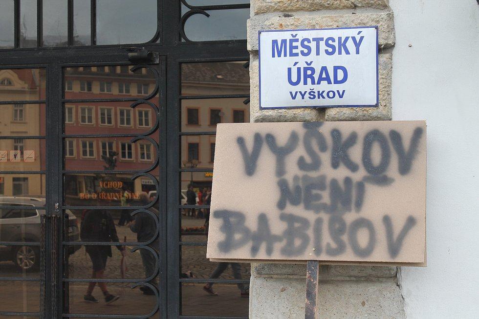 Na Masarykově náměstí ve Vyškově se sešlo asi 150 lidí. Nechyběl ani bývalý premiér Bohuslav Sobotka.