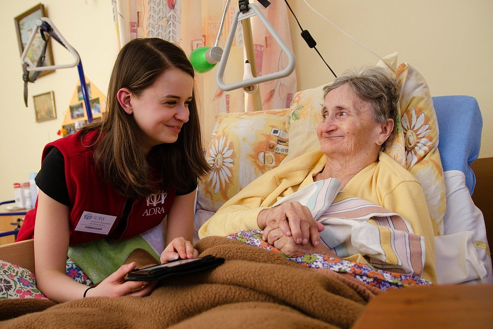 Dobrovolníci pomáhají starým i nemocným.