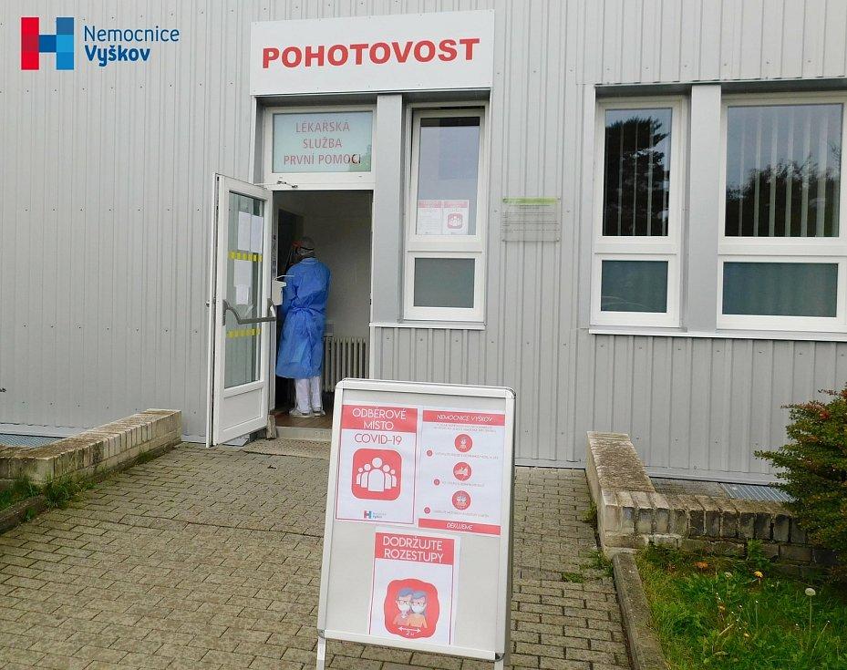 Odběrové místo při Nemocnici Vyškov.