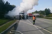 Požár kamionu na dálnici D1 u Komořan komplikoval ve středu ráno dopravu.
