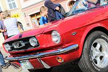 Mustangy se za oceánem začaly vyrábět v šedesátých letech. Amerika si je zamilovala. Vyškované v neděli na náměstí zřejmě také.