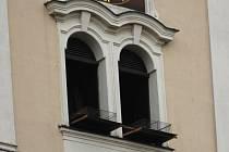 Už je to několik let, co vyškovská radnice přestala odchytávat holuby. Jejich množství je však opět obrovské. Na jejich hnízdiště, kterým je kostel, tak umístila klece.