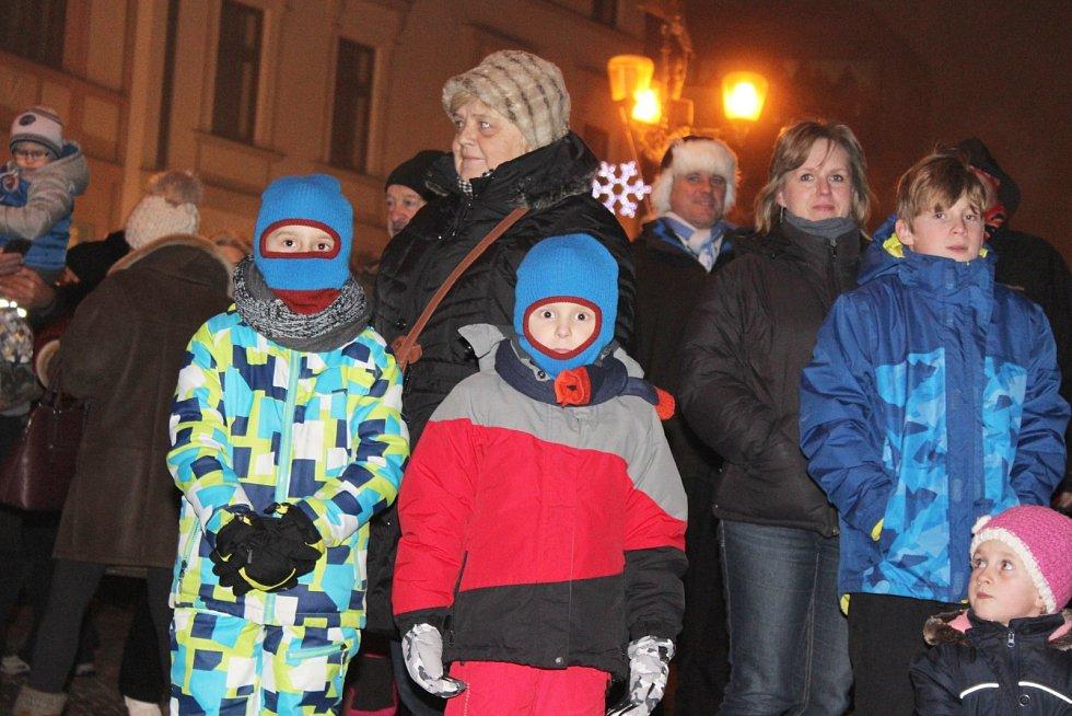 Lidé, kteří se přišli podívat na vyškovský ohňostroj, zaplnili téměř celé náměstí.