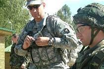Americký voják dohlíží na práci českého kolegy.