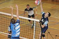 V I. lize volejbalistů vyhrál Sokol Bučovice (modré dresy)  ve Starém Městě i doma 3:0. Snímek je z utkání v Bučovicích.