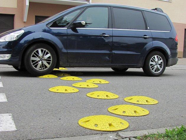Zpomalovací terče v ulici Na Vyhlídce měly učinit situaci před školou bezpečnější.