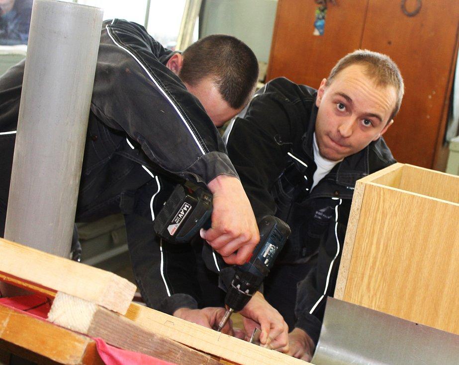 Sedm klempířských týmů a pět pokrývačských se utkalo v moravském kole soutěže ve svých oborech. Soupeřili mezi sebou v praktické i teoretické části.