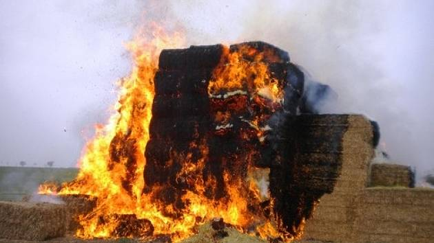 Požár stohu slámy u Kojátek.