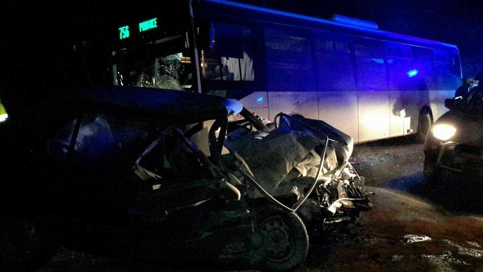 Mrtvý mladý řidič a zcela uzavřená silnice. Krátce po středeční páté hodině odpolední se na silnici mezi Pustiměří a Zelenou Horou srazilo osobní auto a linkový autobus. Muž zůstal do příjezdu hasičů v autě.