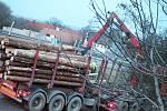 Havarovaný kamion vezl dřevěné klády. Nehoda ve čtvrtek na několik hodin uzavřela exit na D46 u Drysic.