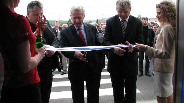 Pracovníci firmy EDP z Komořan slavnostně otevřeli třetí montážní halu.