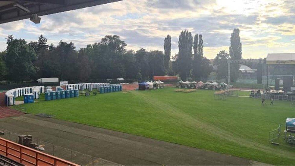 Příprava fotbalového stadionu na páteční akci.